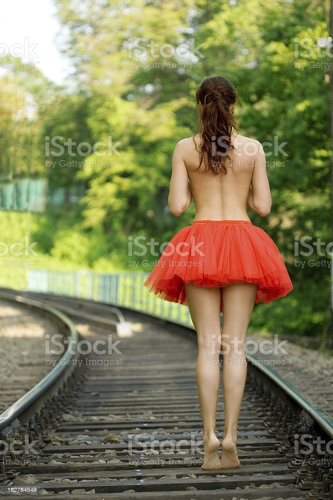 Schöne Frau auf Schienenstrecken – Foto