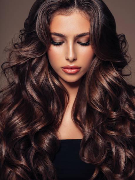 beautiful woman - capelli mossi foto e immagini stock
