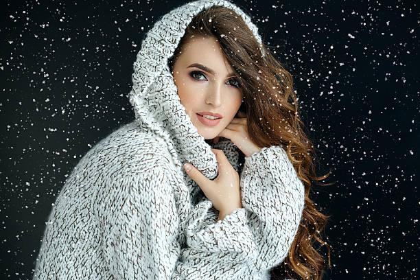 mujer bella  - moda de invierno fotografías e imágenes de stock