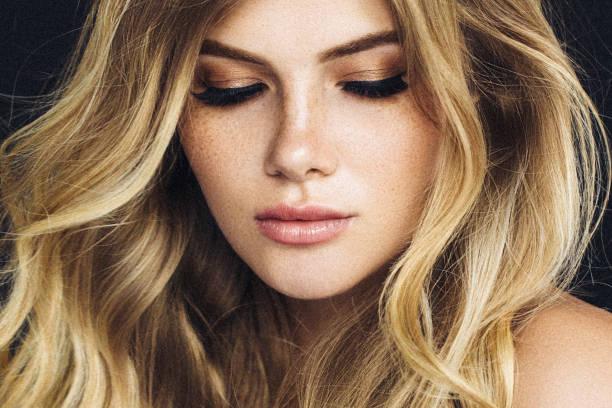 schöne frau - haarfarbe ohne ammoniak stock-fotos und bilder