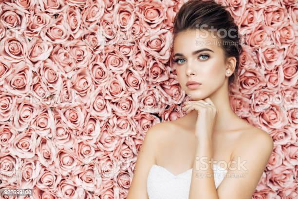 Beautiful woman picture id922699108?b=1&k=6&m=922699108&s=612x612&h=o0t9j8iaftqi2nyhmthqzag7z1brlbyz6o8vi00fv3m=