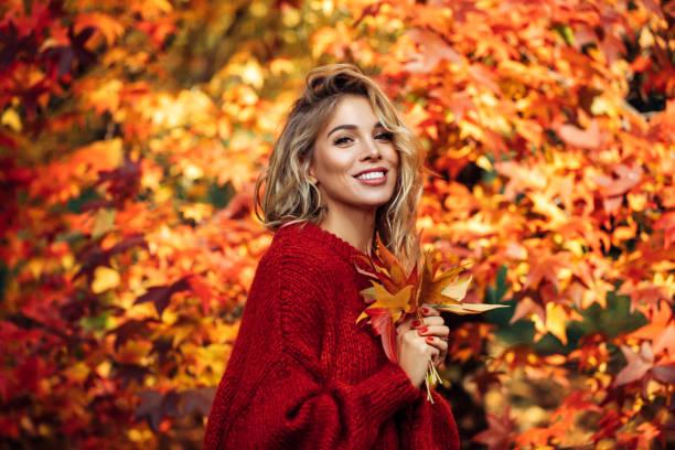 beautiful woman - woman portrait forest foto e immagini stock