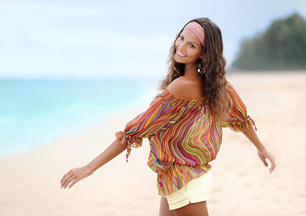schöne frau spielerisch am strand (xxxl - hippie stirnbänder stock-fotos und bilder