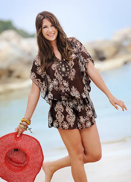 schöne frau spielerisch am strand, sommer mode (xxxl) - hippie kleider stock-fotos und bilder