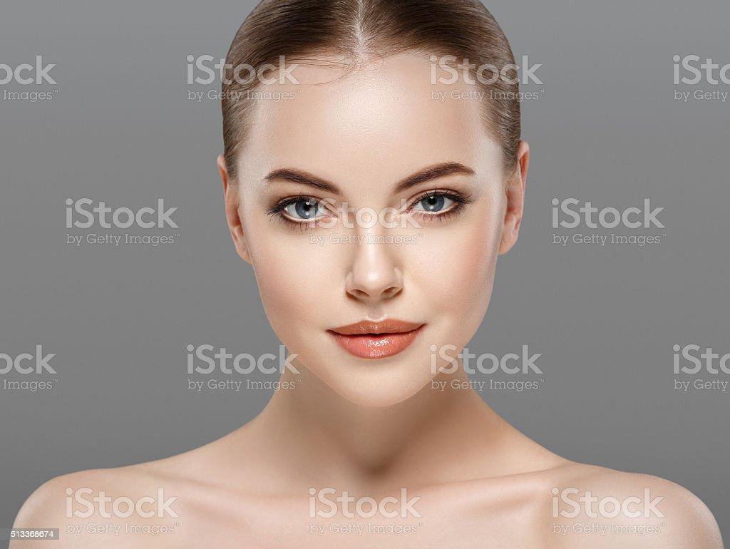 Superbe portrait du visage femme gros plan studio fond gris - Photo