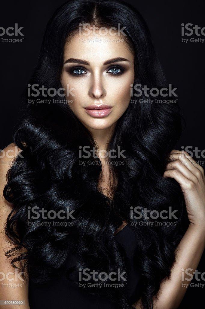 portrait de la Belle femme sur fond noir. - Photo