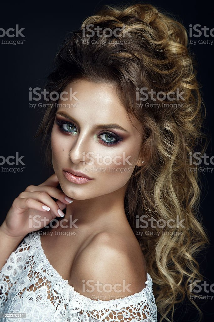 Beautiful woman portrait on black background with colorful eyeshadow. foto de stock royalty-free