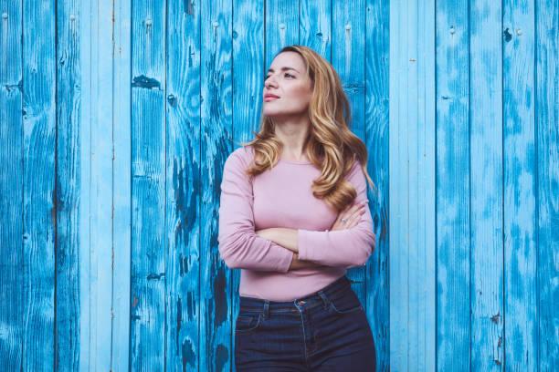 Schöne Frau Porträt auf blauem Hintergrund – Foto