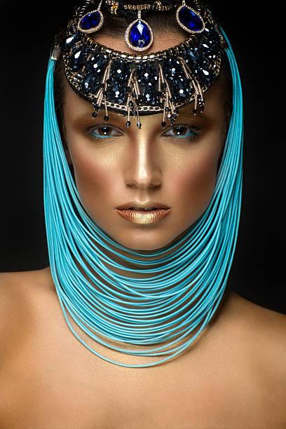 beautiful woman portrait with jewelry in egyptian style - ägyptisches make up stock-fotos und bilder