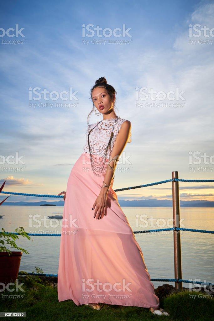 Mulher bonita posando - a mão - foto de acervo