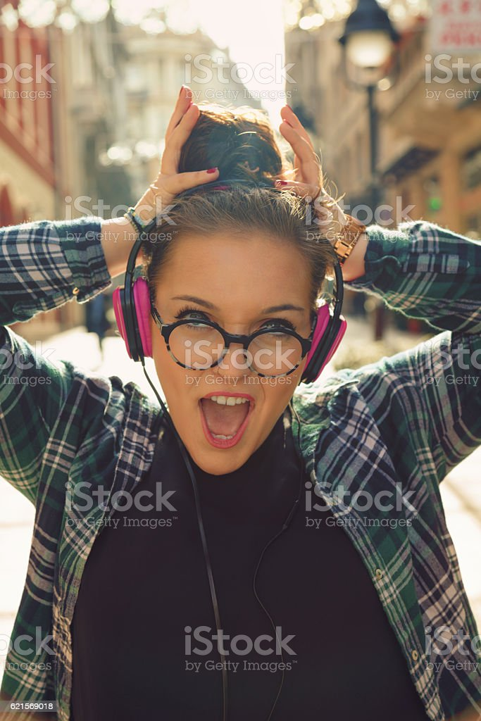 Beautiful woman posing on the street with headphones. photo libre de droits