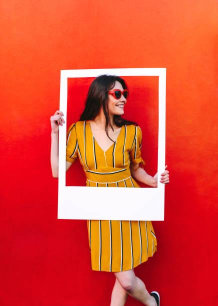 mulher bonita posando com moldura vazia - lifestyle color background - fotografias e filmes do acervo
