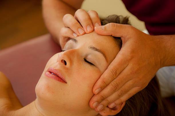 Schöne Frau erhält eine Druckpunktmassage Nahaufnahme – Foto