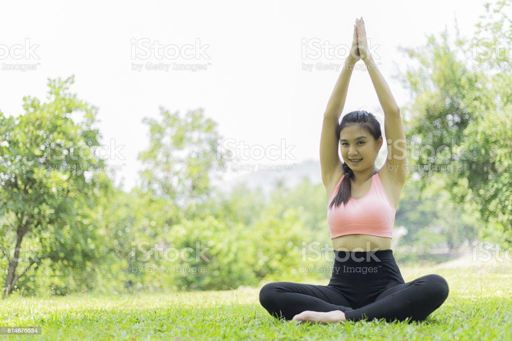 schöne Frau entspannen Yoga im Park, Yoga Konzept, gesund-Konzept – Foto