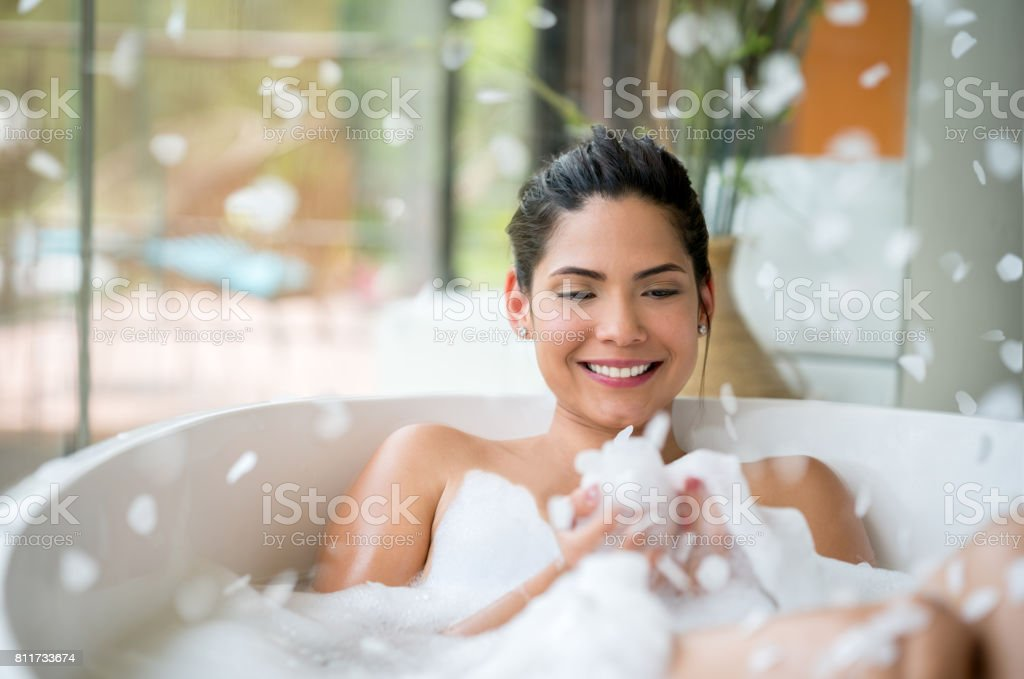 Beautiful woman relaxing at home with a bubble bath - foto stock