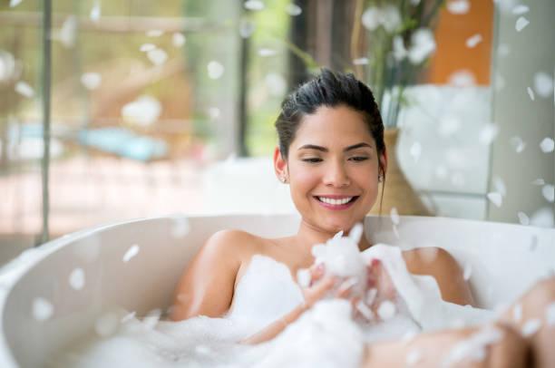 Schöne Frau mit einem Schaumbad zu Hause entspannen – Foto