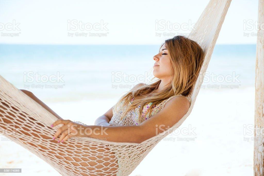 Bela mulher relaxando em uma rede - foto de acervo