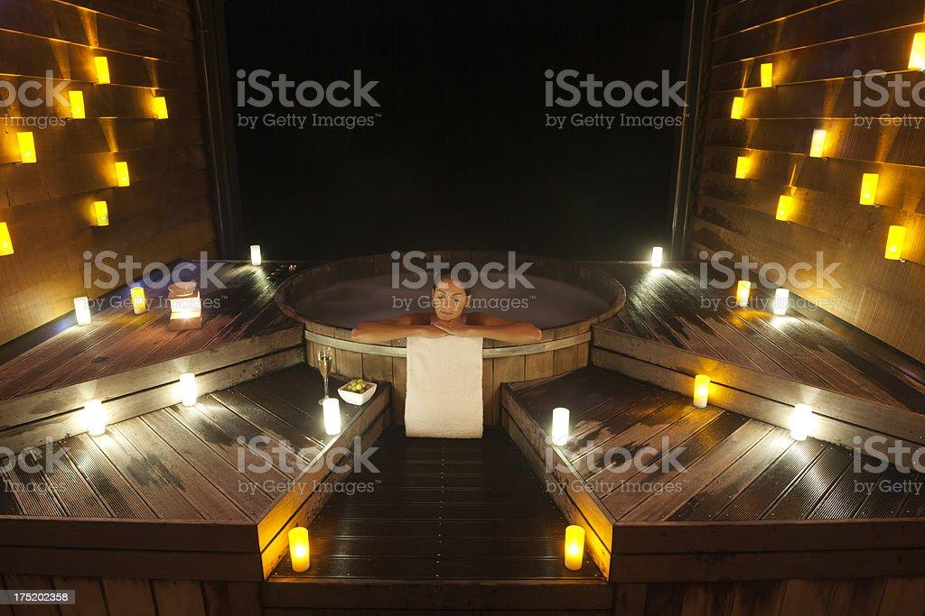 Illuminazione Per Bagno Turco : Bella donna rilassante in un tipico bagno turco e piscina