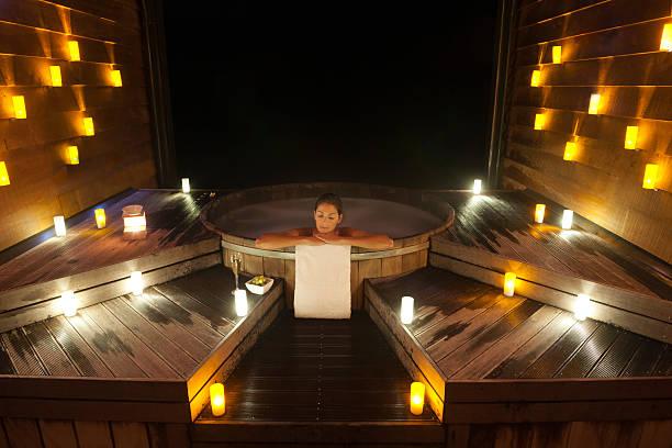 schöne frau entspannung in einem traditionellen dampfbad und pool - badewanne holz stock-fotos und bilder