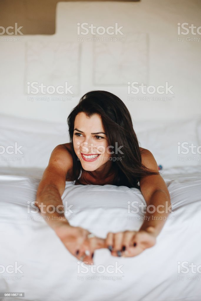 Beautiful woman relaxing in bed - Стоковые фото Беззаботный роялти-фри