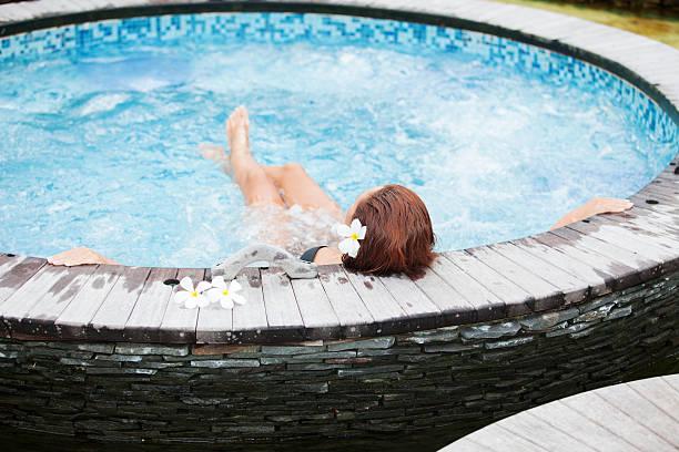 Wunderschöne Frau, Entspannen im Whirlpool im spa-center – Foto