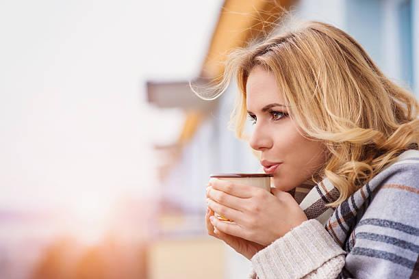 mulher bonita e relaxante - chá bebida quente - fotografias e filmes do acervo