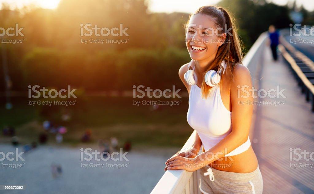 Schöne Frau, die Brücke überfahren - Lizenzfrei Aktiver Lebensstil Stock-Foto