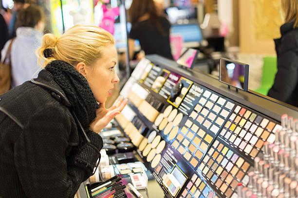 Schöne Frau shopping in Schönheit bewahren. – Foto