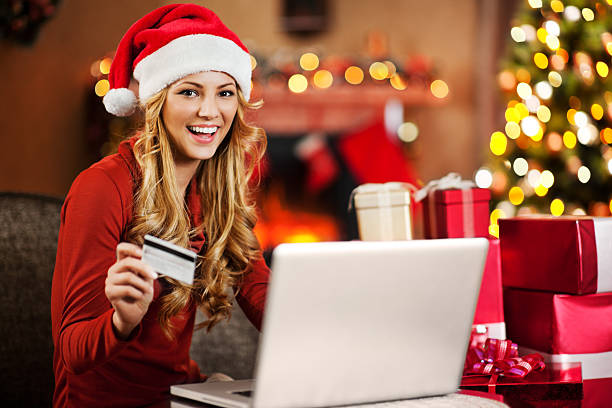 schöne frau online-shopping für weihnachten. - günstige weihnachtsgeschenke stock-fotos und bilder