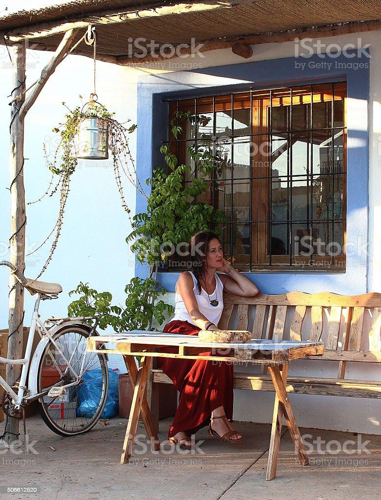 Bella Mujer Está Ubicado En La Terraza De Un Elegante Bar