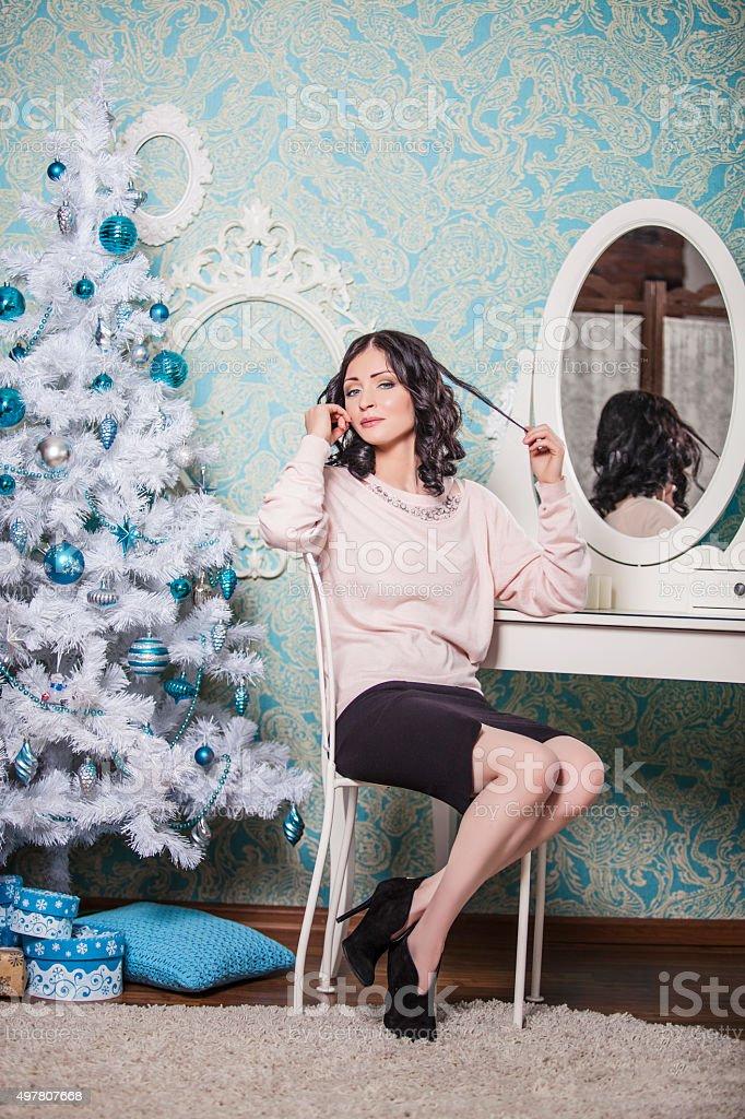 Linda mulher sentada na cadeira no ano novo - foto de acervo