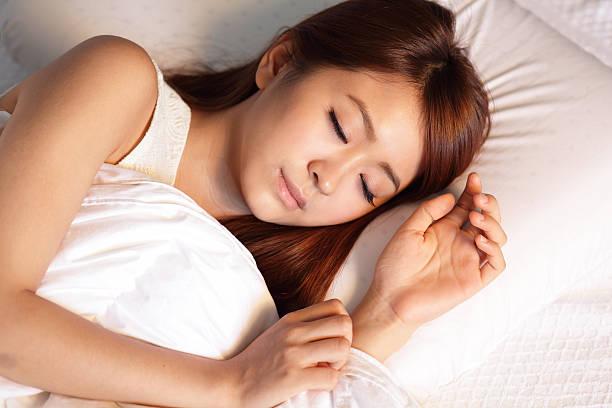 Schöne Frau schlafen in der Nacht – Foto