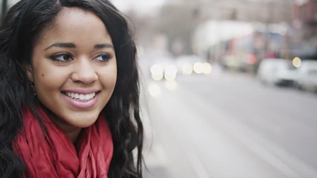 stockvideo's en b-roll-footage met beautiful woman smiles for camera - gewone snelheid