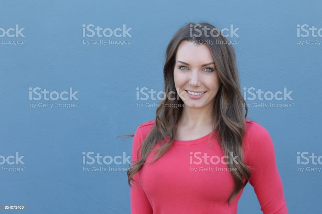Bella mujer sonriente aislado con espacio de copia - foto de stock