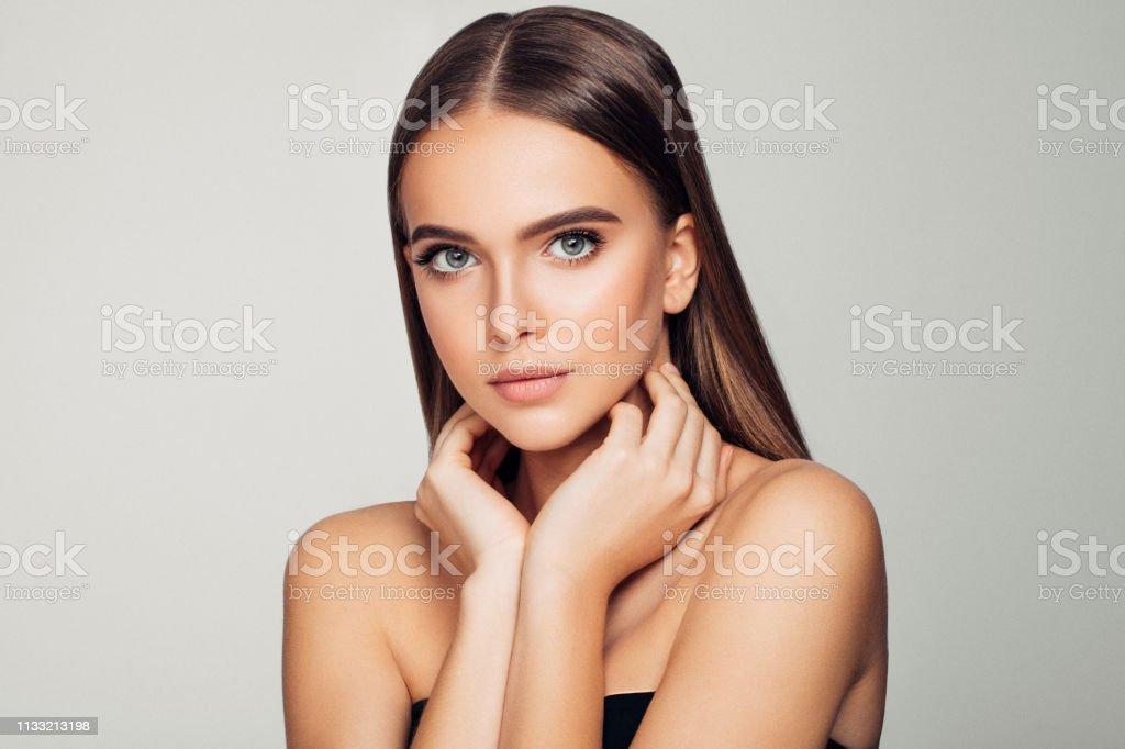 美麗的女人柔軟的妝容和完美的肌膚。 - 免版稅25歲到29歲圖庫照片