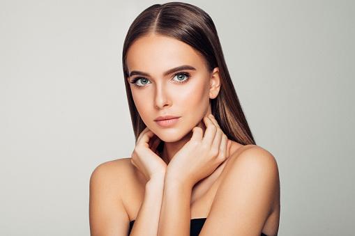 美麗的女人柔軟的妝容和完美的肌膚 照片檔及更多 25歲到29歲 照片