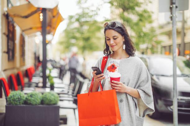 Schöne Frau verbringt Zeit in der Stadt – Foto