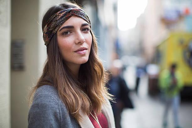 beautiful woman street portrait in barcelona. - winterjacke lang damen stock-fotos und bilder