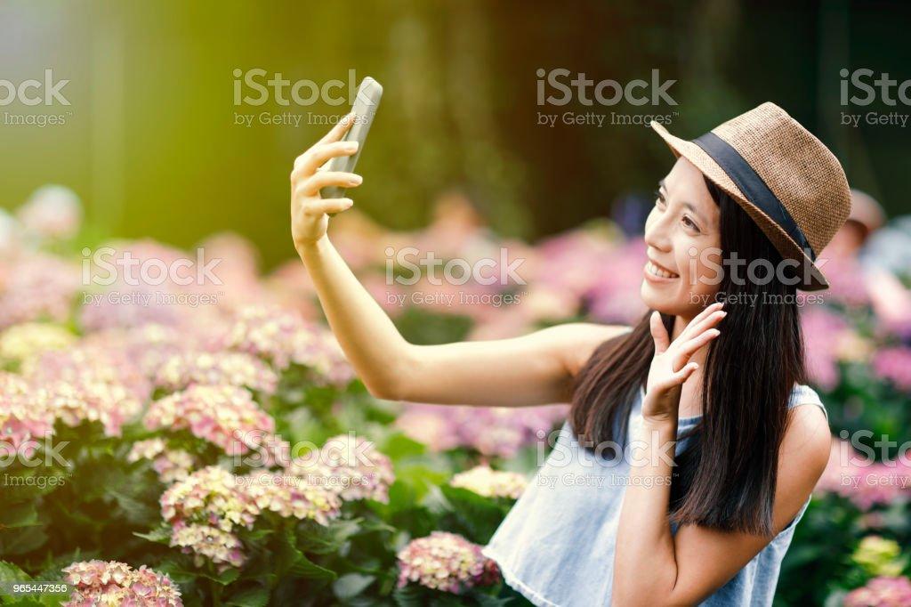 정원에서 selfie를 복용 하는 아름 다운 여자 - 로열티 프리 귀여운 스톡 사진