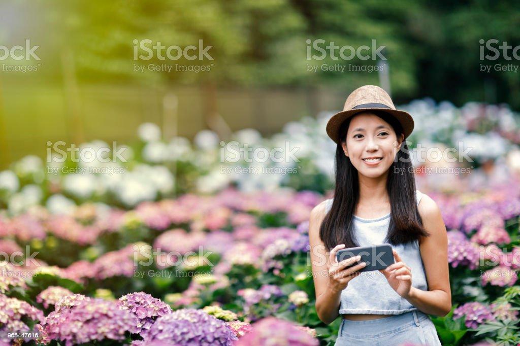 美麗的婦女採取自拍在庭院裡 - 免版稅人圖庫照片