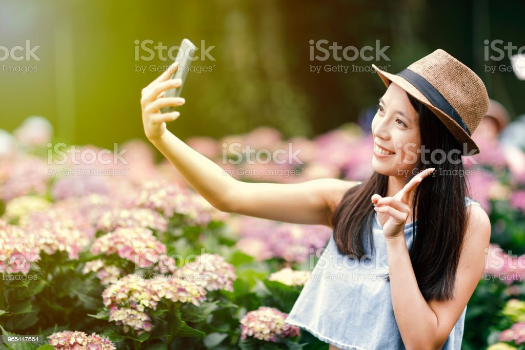 beautiful woman taking selfie in garden zbiór zdjęć royalty-free