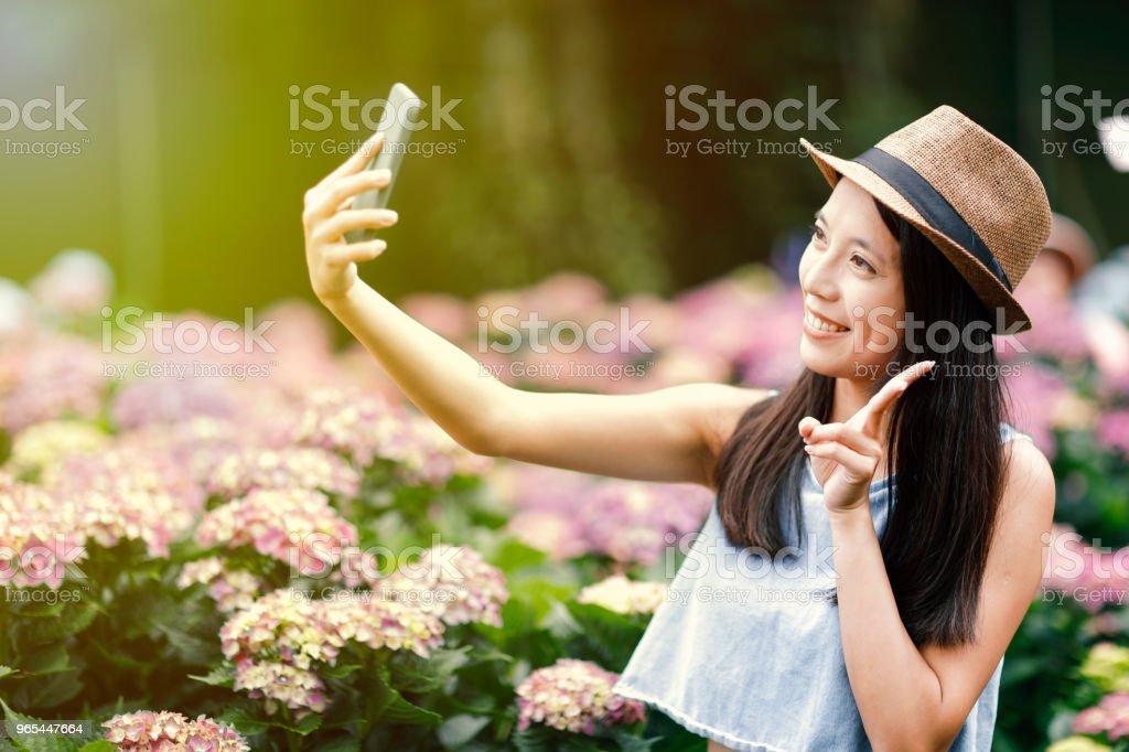 schöne Frau, die die Selfie im Garten - Lizenzfrei Baumblüte Stock-Foto