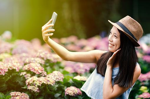 정원에서 Selfie를 복용 하는 아름 다운 여자 귀여운에 대한 스톡 사진 및 기타 이미지