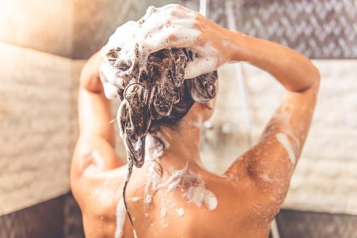 Schöne Frau Nehmen Dusche Stockfoto und mehr Bilder von Alternative Behandlungsmethode