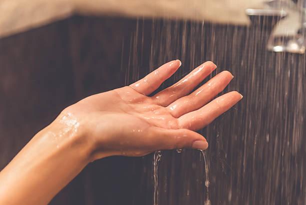 hermosa mujer tomando una ducha - mujer en la ducha fotografías e imágenes de stock