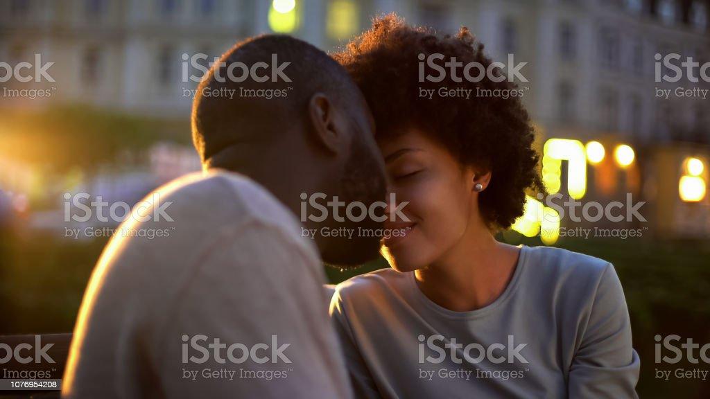 Schöne Frau zärtlich streicheln Freunde Gesicht, kuschelte auf Datum, romantische – Foto