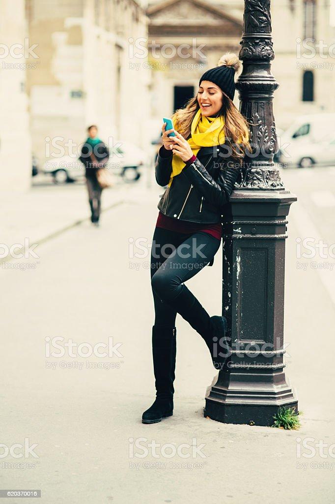 Mulher bonita de mensagens de texto foto de stock royalty-free