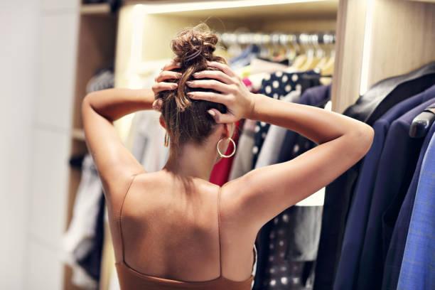 schöne frau denken, was als kleid im begehbaren kleiderschrank - kleiderschrank ohne türen stock-fotos und bilder