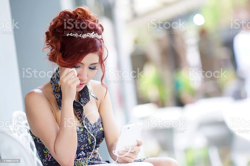 Hermosa mujer molesto y llorar foto de stock libre de derechos