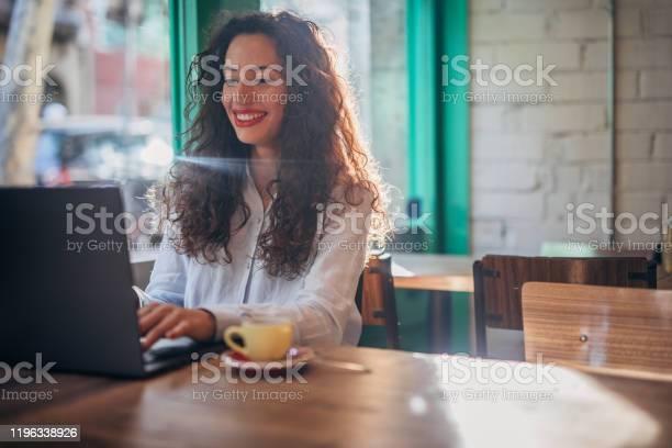 Beautiful woman using laptop in cafe picture id1196338926?b=1&k=6&m=1196338926&s=612x612&h=qhxfe ah5nezdru2vovwe7fae25pmsmlqvhnupjahra=